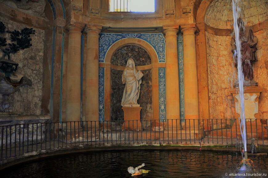 «Грот Моисея», - построен архитектором и скульптором - Bartolomeo Ammannati (1511 –1592). Помимо Моисея, здесь  есть купающиеся ангелочки.