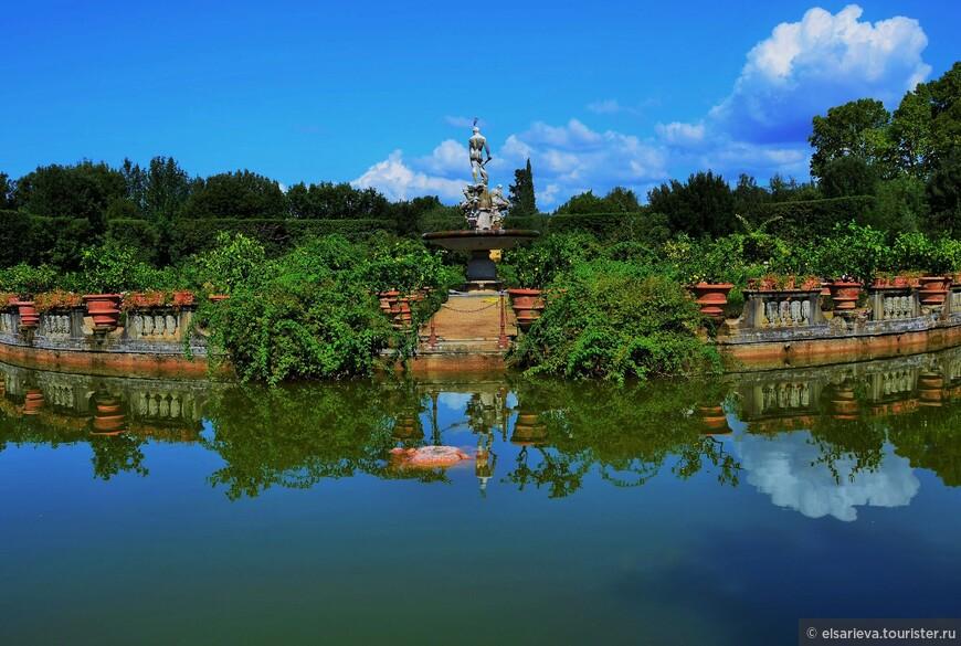 Круглый декоративный островок - Изолотто. На небольшом искусственном острове разбиты оранжереи с редкими старинными сортами роз. Там же под бдительным присмотром мифических персонажей Персея и Андромеды растут в кадках небольшие цитрусовые деревья.