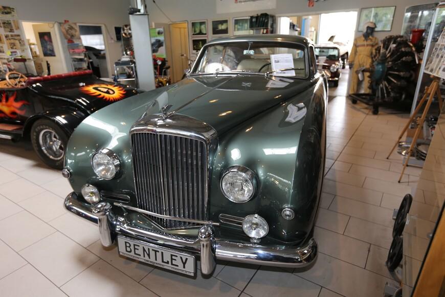 Много лет назад немец Михаэль Фролих из города Меттман близ Дюссельдорфа решил собрать собственную коллекцию ретроавтомобилей. Поколесив по стране, он приобрел полсотни машин, причем все они были выпущены в 1950 году — в год рождения Фролиха.