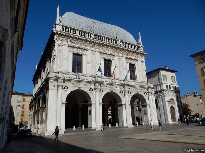 Ратуша эпохи правления Венеции, здесь и сейчас находится городской совет. Здание открыто для посещения.