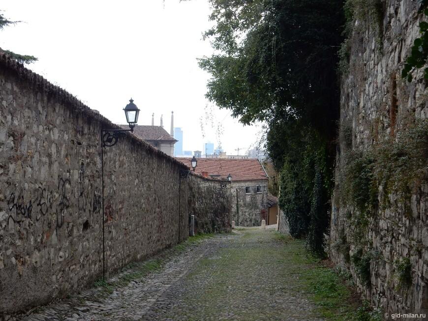 По этой дороге можно подняться к крепости.