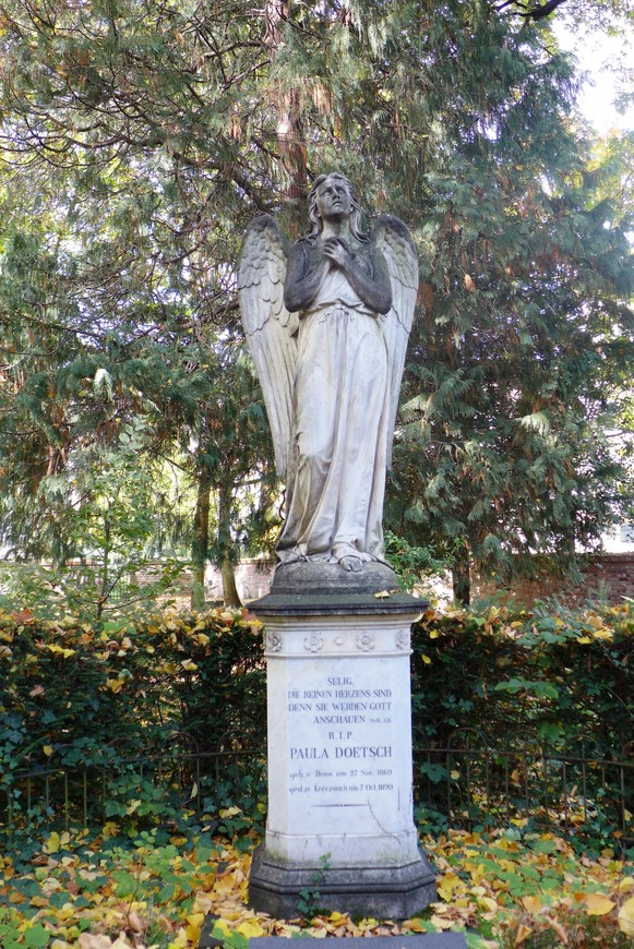 Надгробные памятники созданы преимущественно представителями берлинской школы.