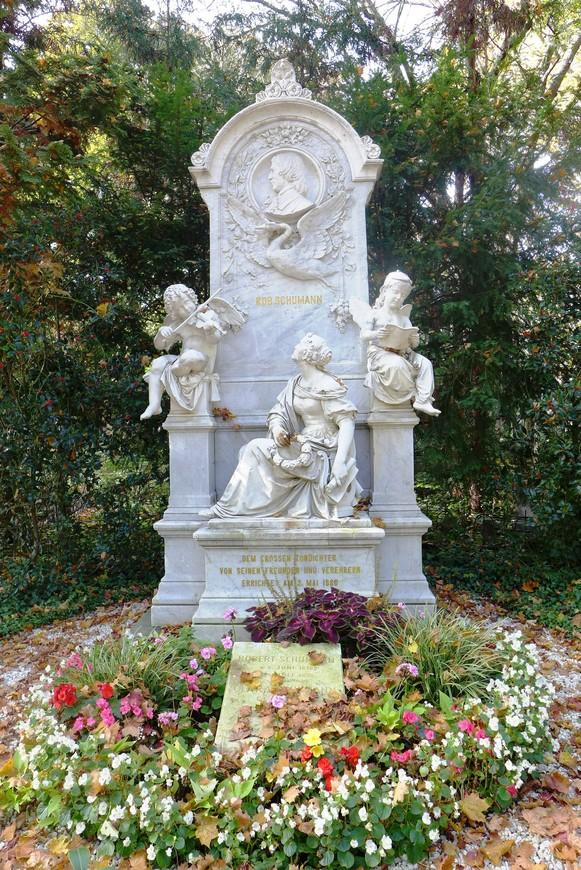 Надгробие на могиле Роберта Шумана его жены Клары, созданное по проекту Адольфа фон Донндорфа в стиле итальянской усыпальницы раннего Возрождения.