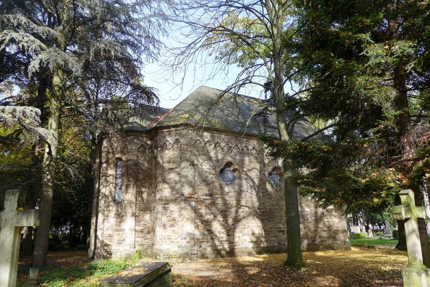 Одно из самых знаменитых строений кладбища – готическая капелла святого Георга (XIII век), перенесенная сюда в 1846 - 1847 годах из местечка Рамерсдорф в окрестностях Бонна. Платанам, растущим вокруг капеллы, более 150 лет!