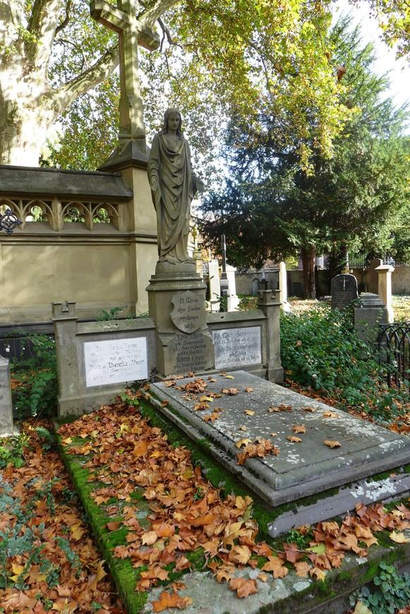 Проект кладбища создан ландшафтным архитектором Петером Йозефом Ленне.