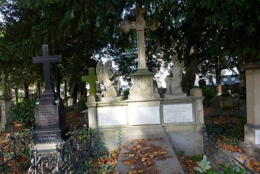 Старое кладбище официально закрыто для новых погребений с 1884 года. С тех пор и до конца XX века здесь могли быть похоронены только потомки погребенных или почетные граждане Бонна.