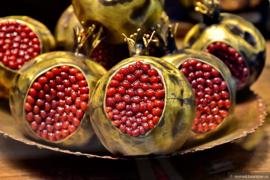 Главное, не перепутать настоящие гранаты с сувенирными....