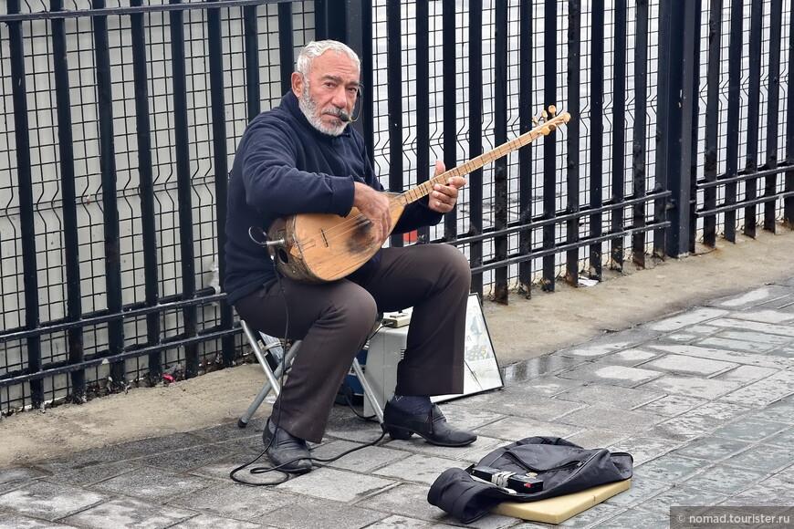 Нет, хватит, давайте дадим мелочи уличному музыканту, и послушаем его песню, прочистим, так сказать, голову, и соберем глаза, разбежавшиеся было по прилавкам....