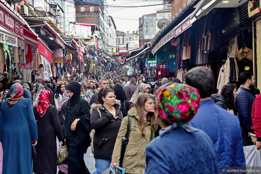 .... и открытые, собственно, вся улица, и она лишь одна из многих, превращена в базар.