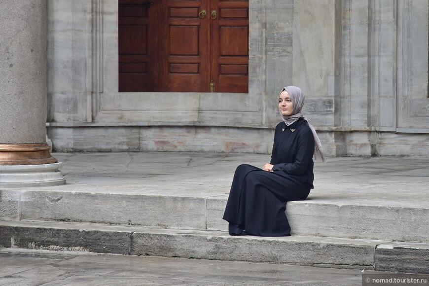 Посмотрите, какая скромная девушка позирует на ступеньках мечети Нуросмание....