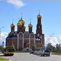 Вид на храм Рождества Христова с улицы Дружбы народов.
