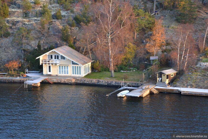 """Шведы стараются купить или арендовать """"летние домики,. где живут летом. У многих домиков свои причалы. Вот ведь проблема: купил домик - покупай и средство передвижения по воде!"""