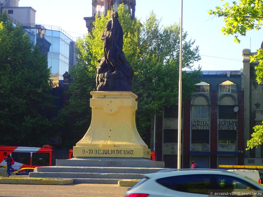 """Памятник героям так называемой """"войны за селитру"""" с Перу и Боливией. В той войне чилийцы одержали трудную победу над более отсталыми соседями. Но не вся компания складывалась для Чили удачно. Серьезный удар был нанесен 9 июля 1882 года по чилийскому гарнизону в городке Консепсьон (77 штыков). Атака началась в 14.30. Перуанскими войсками (300 солдат и 1000 ополченцев) в районе Консепсьона командовали полковники Хуан Гасто и Максимо Тафур. Довольно быстро город был захвачен, но чилийцы заперлись в церкви, где смогли продержаться до следующего утра, когда оставшихся в живых солдат просто выкурили дымом. По некоторым данным оборонявшиеся кричали: «Чилийцы не сдаются», хотя в итоге кое-кто сдался.  Одновременно с Консепсьоном части Касереса 9-10 июля атаковали позиции чилийской дивизии в Маркавайе и Пукара. В результате полковник Эстанислао дель Канто приказал мелким чилийским гарнизонам отступить.  Разгром гарнизона города Консепсьон выглядел особенно болезненно для чилийцев, поскольку среди убитых был командир роты Игнасио Каррера Пинто, племянник бывшего президента Чили. Мужество чилийских солдат, до конца сопротивлявшихся численно превосходящему противнику, впоследствии послужило поводом для объявления 9 июля «Днем чилийского флага». Разумеется, никто теперь не обращает внимание, что чилийский флаг развевался на территории другой страны  Еще более торжественным стал день 9 июля для перуанцев. Пусть бой в Консепсьоне и не стал переломным в ходе войны, но он доказал уязвимость оккупационных чилийских войск"""