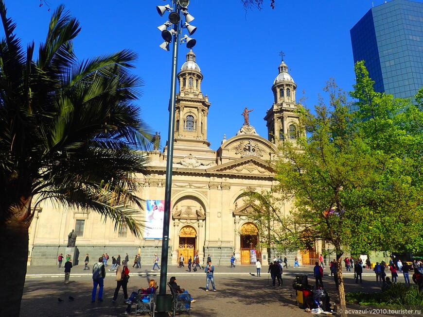 Кафедральным собором архиепархии Сантьяго-де-Чили является Собор Успения Пресвятой Богородицы. В 1745 году началось строительство собора, который был завершен в конце века во время епископства Мануэля де Алдея