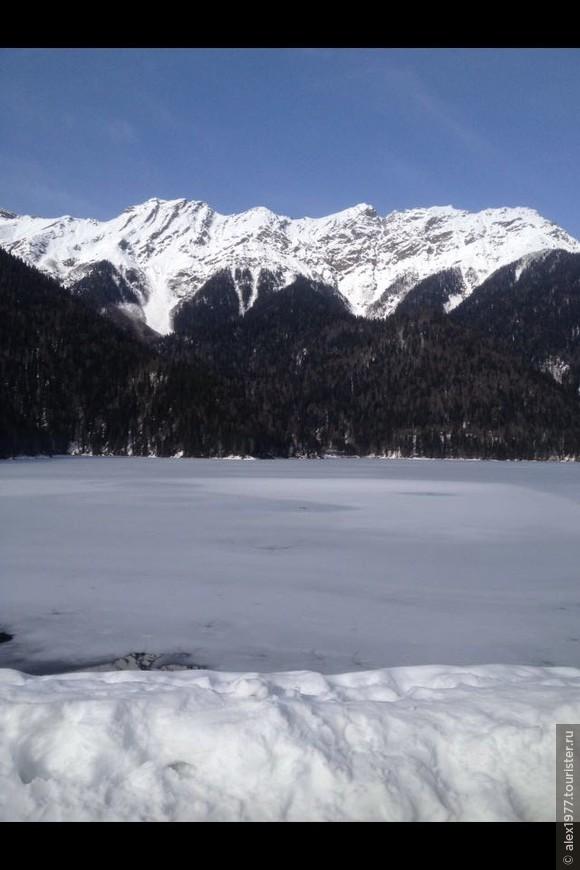 По многочисленным пожеланиям добавлено фото озера Рица зимой!!!