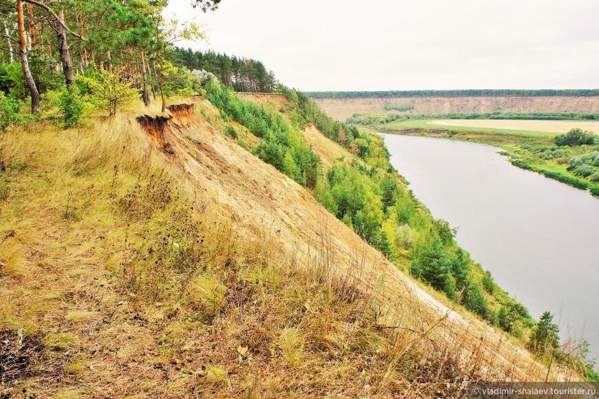 В основном тропа идёт по самому краю обрыва и ничто не мешает осматривать всю панораму.