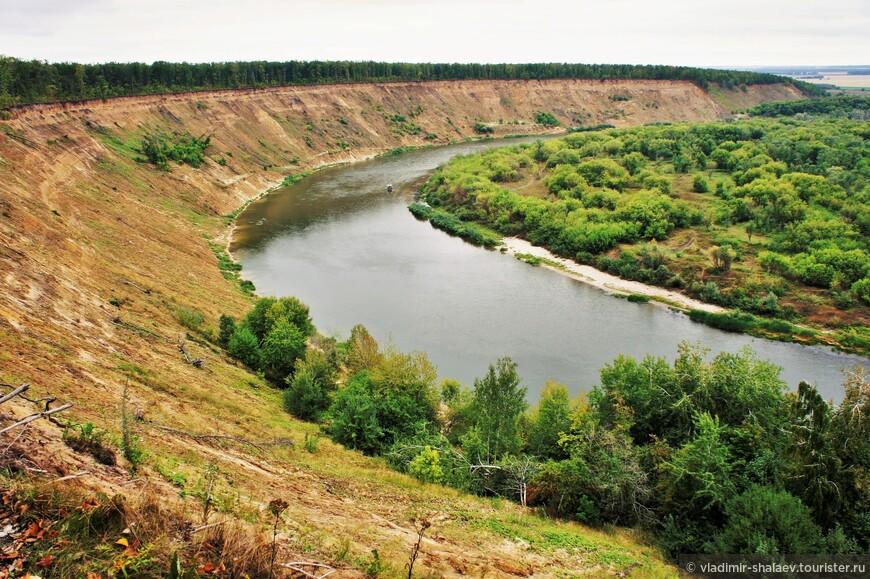 Высота берега от уровня воды достигает 60 метров и выше, а угол откоса местами до 70-80 градусов.
