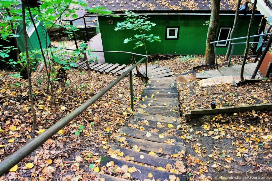 От рыбачьего посёлка на самый верх ведёт хорошо оборудованная лестница.