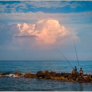 Юные рыбаки на рассвете.