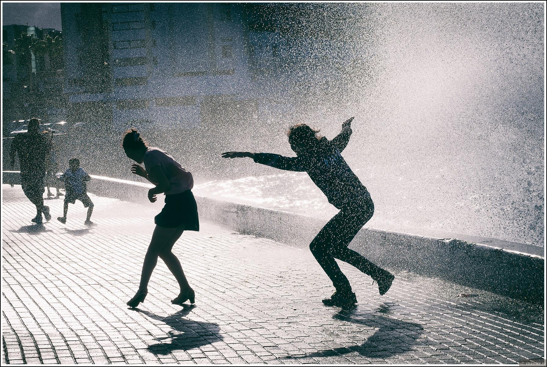 Волна окатывает людей на набережной в Кирении., Моменты и эпизоды