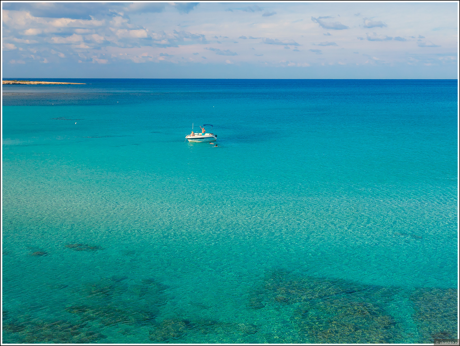 Наш катер в Голубой лагуне. На Кипре, чтобы арендовать катер и самостоятельно им управлять, оказывается, достаточно обычных водительских прав., Моменты и эпизоды
