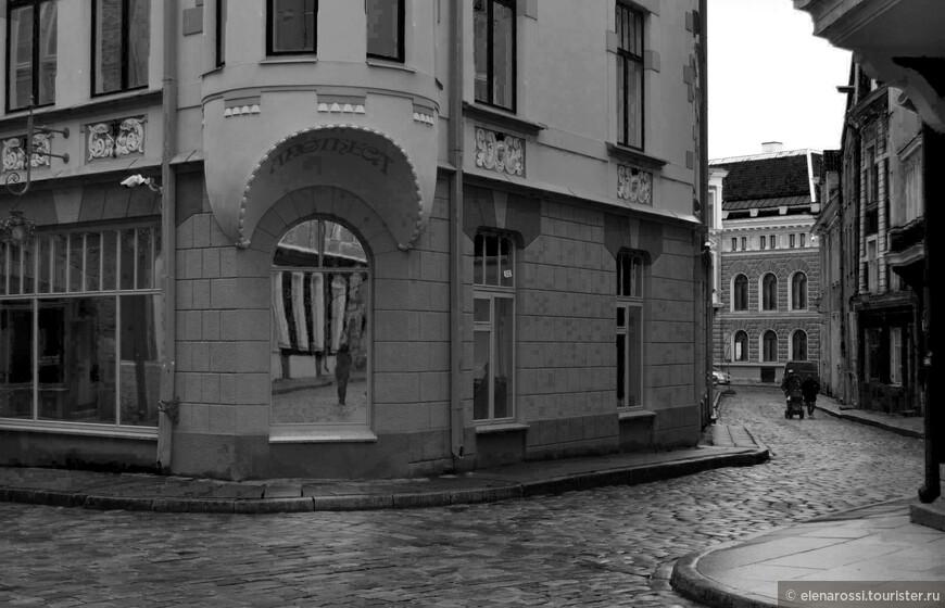 И снова захотелось  сначала посмотреть на сумеречную улицу и на себя в далеком отражении.