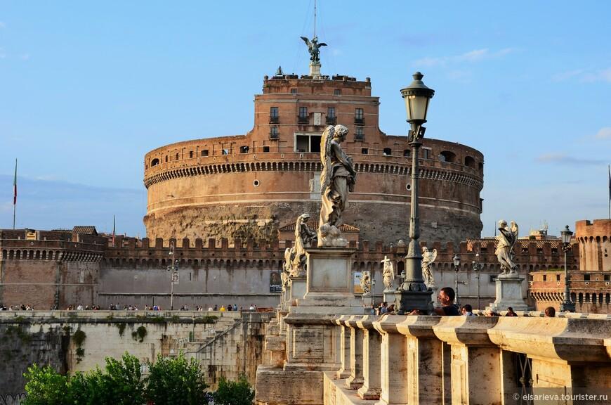 Замок Ангела, мы еще сюда вернемся. Свое нынешнее название – Кастель Сант Анджело, мавзолей Адриана получил в 590 году. В это время на Рим обрушились многие беды: разлившийся Тибр затопил бо́льшую его часть, а эпидемия страшной чумы опустошила город, некогда бывший столицей мира. Папа Григорий I призвал блуждающих в руинах граждан совершить трехдневный покаянный Крестный ход и молиться, чтобы вызвать Божью милость. Согласно легенде, 29 августа 590 года процессия, проходя мимо стен мавзолея, увидела над ним яркий фиолетовый силуэт Архангела Михаила, вкладывавшего огненный меч в ножны. Видение было истолковано как признак скорого избавления от напасти, обрушившейся на город, что и произошло на самом деле. О случившемся чуде до сих пор напоминает статуя Ангела, венчающего здание, и давшая свое нынешнее название замку.