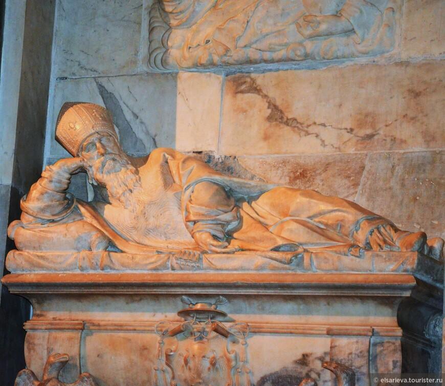 В церкви похоронен папа Адриан VI.
