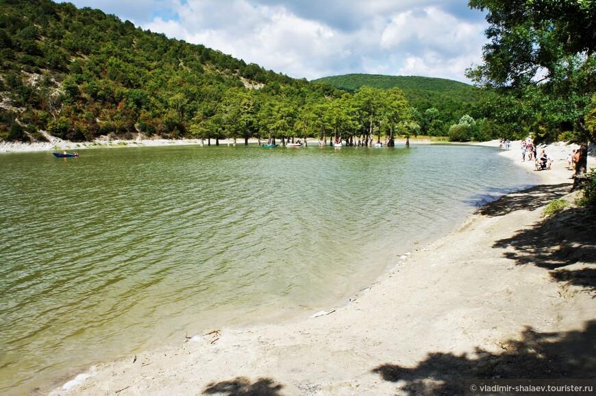 Чаще всего это озеро называют Кипарисовым. Потому что в нём растут кипарисы.