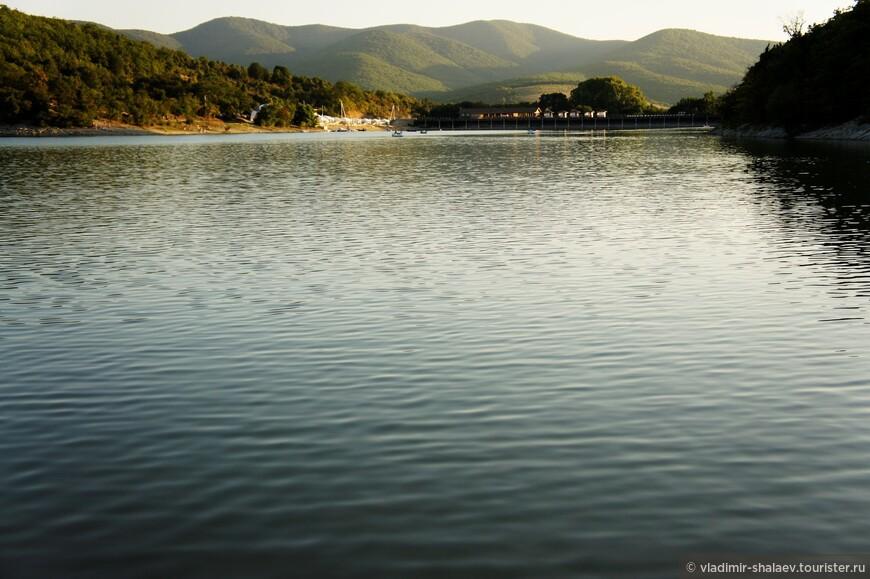 Вообще-то, правильное название этого озера - Сукко. Да и не озеро это вовсе, а водохранилище.
