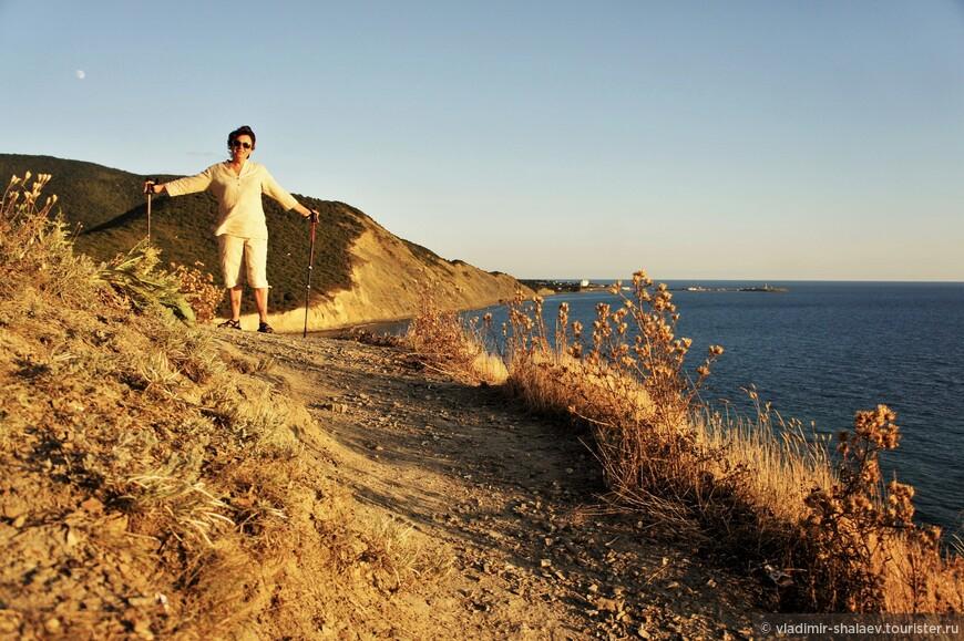 Забава всех отдыхающих в Сукко - это вечерний подъём на гору со странным названием Экономическая (121,3 м. над уровнем моря). Здесь красивые виды и в качестве бонуса - закат. Солнце ежевечерне на протяжение многих веков садится прямо в море.