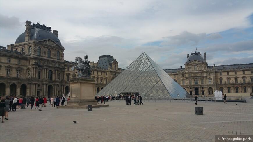 двор музея Лувр