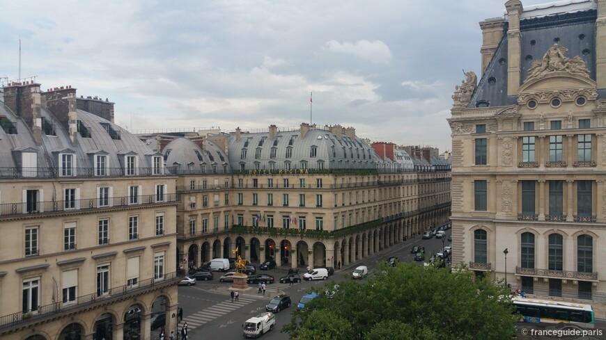 вид с обзорного колеса на улицу Риволи и статую Жанны Д'Арк