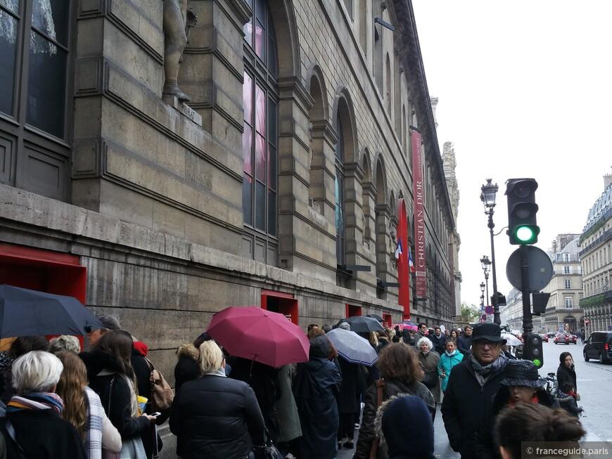 очередь на временную экспозицию Кристиан Диор в Париже