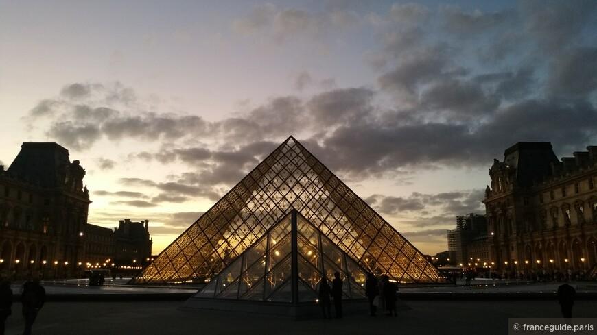 пирамида во дворе музея Лувр