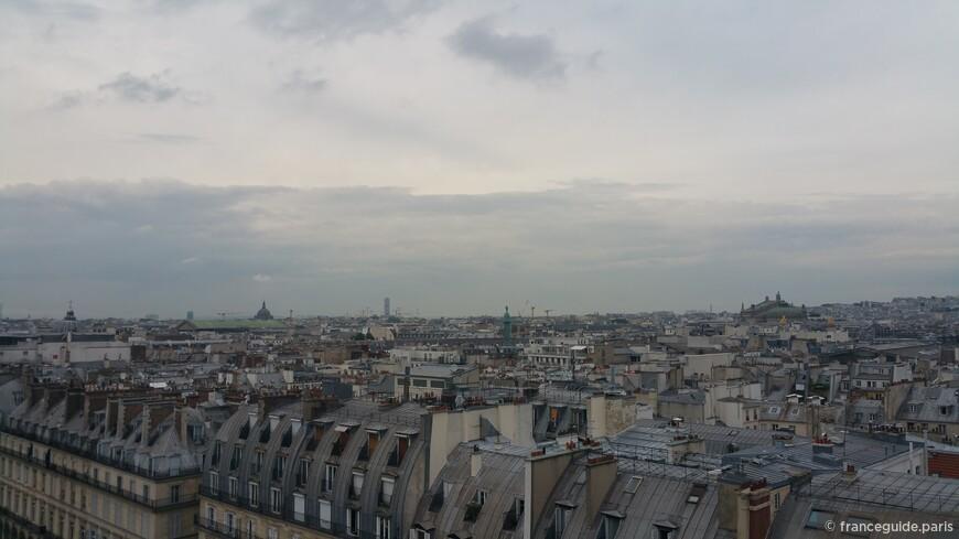 серые парижские крыши с высоты колеса обозрения , которое появляется летом в парке Тюйлери
