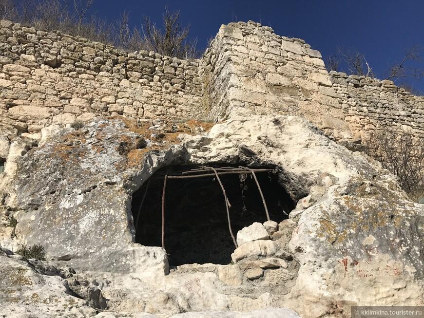 Если пойти влево от монастыря, то вы встретите пещеру, в которой явно периодически живут люди.