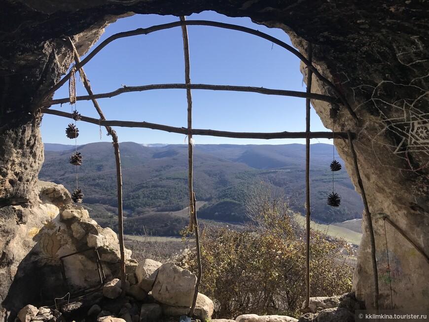 Вид из обжитой пещеры.