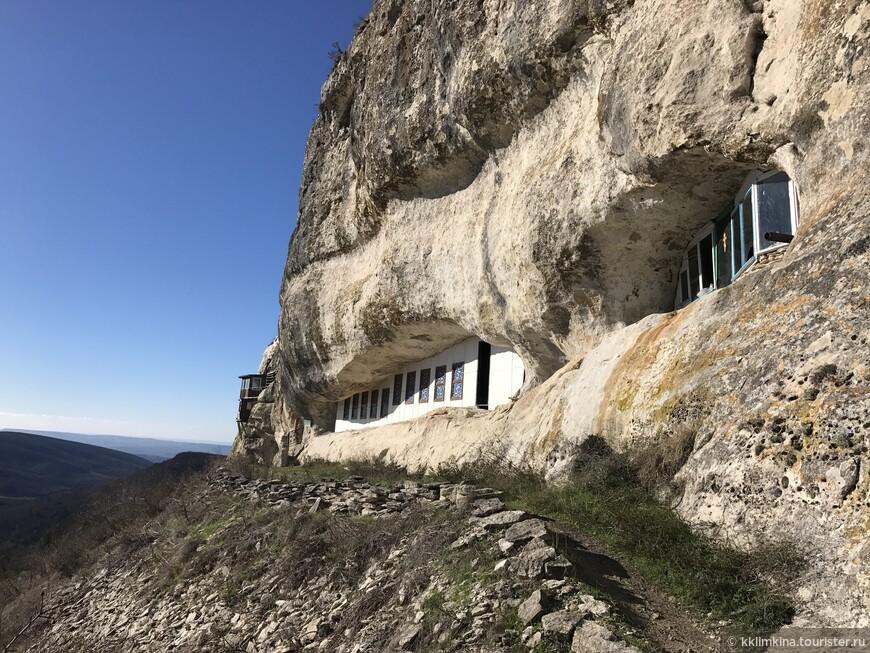 Помещения монастыря устроены из гротов пещерных городов VI века. Интересно смотрятся вмонтированные в небольшие отверстия верхних ярусов пещер современные окна, за которыми стоят домашние цветы. В монастыре имеется звонница и большой грот, видимо, служивший когда-то для собраний.