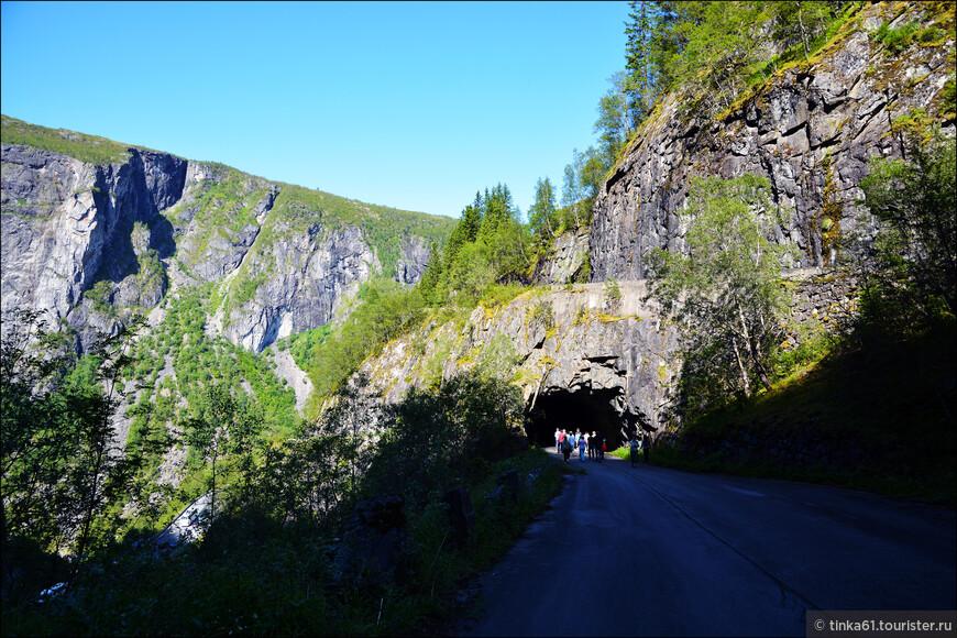 Туннели в скалах тоже очень  типичны для Норвегии.