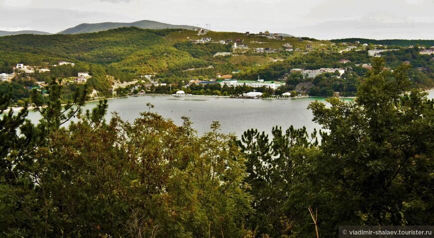 Озеро Абрау расположено в 14 км от Новороссийска, на гористом полуострове Абрау, в 2-х км от моря и на высоте 84 м над его уровнем.