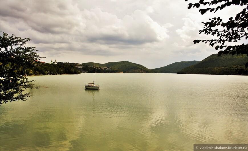 По одной из версий, озеро Абрау возникло на месте огромного карстового провала.