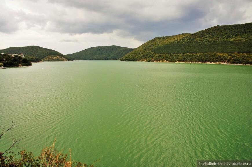 Площадь изумрудного зеркала озера 190 гектаров. В длину оно около 2600 метров, в ширину - 600 метров. Глубина озера - до 10 метров. Это - самое большое пресноводное озеро Северо - Западного Кавказа.