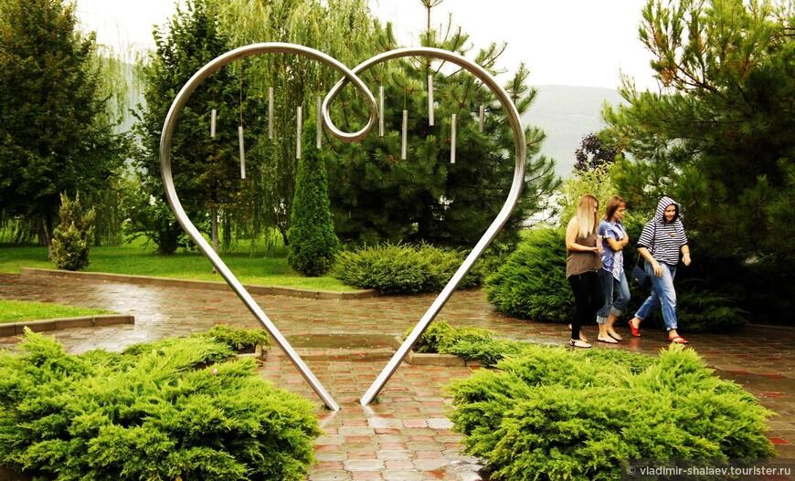 """""""Всем влюбленным"""" - памятник в виде изящного металлического сердца, установлен в арт - парке на набережной Абрау-Дюрсо. Надпись на нем гласит: """"Это сердце создано по рисунку, найденному много лет назад на стене дома Джульетты в Вероне. Загадайте желание, пройдите сквозь сердце, взявшись за руки с любимым человеком, и ваше желание непременно сбудется, а любовь будет вечной"""". В основном все проходят мимо."""