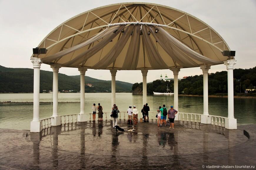 Амфитеатр на набережной парка Абрау-Дюрсо.