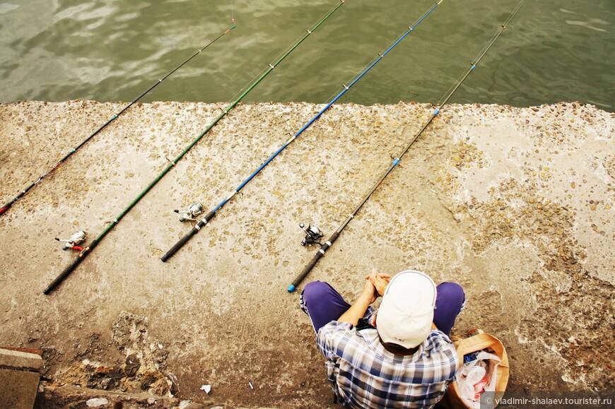 Рыбак - многостаночник.