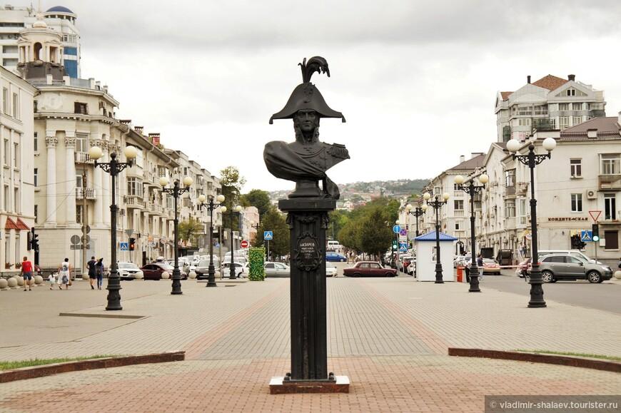 В 1996 году открыт первый памятник основателю Новороссийска адмиралу Лазареву Михаилу Петровичу.