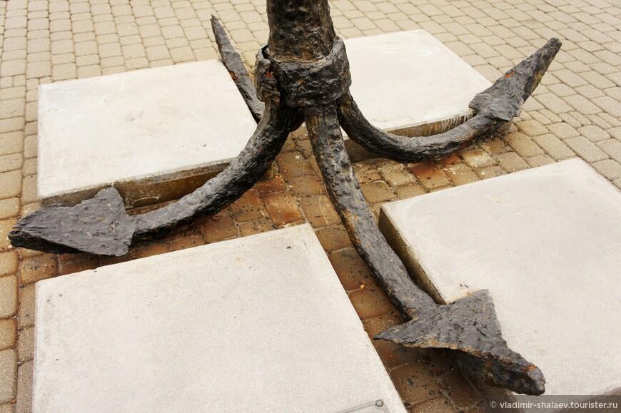 На Форумной площади перед памятником основателям города лежат якоря всех мастей.