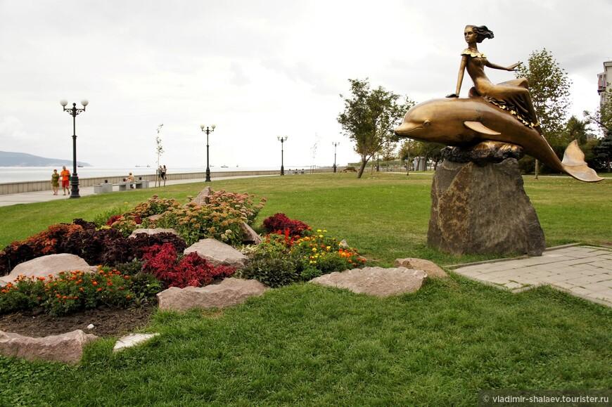 """Скульптура «Девушка на дельфине"""". Установлена в 2007 году."""