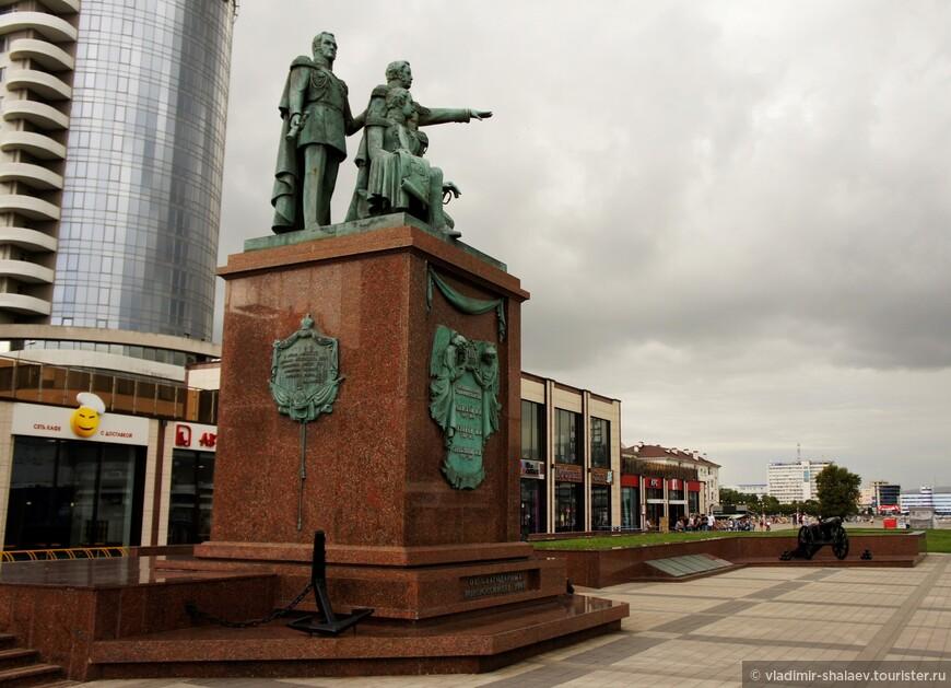 Памятник основателям Новороссийска М. П. Лазареву, Н. Н. Раевскому, Л. М. Серебрякову. Был торжественно открыт в 2001 году в День России, 12 июня.